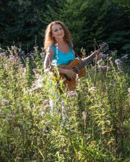 Singer-Songwriter Christina Grimm im Wald Foto von Pascal Meier
